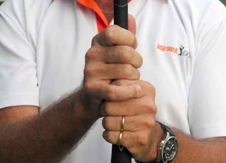 Cách cầm gậy golf Overlapping