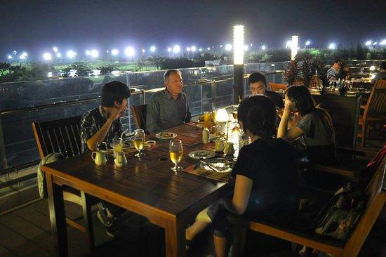 Nhà hàng tại Sân golf Twin Doves vào ban đêm