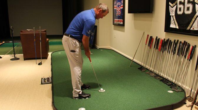 Thực hiện bài tập golf tại nhà tự do