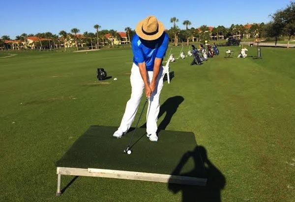 Mẹo kỹ thuật đánh golf khi bóng xuống dốc