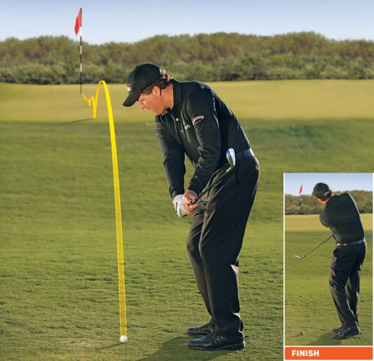 Phi Mickelson thực hiện kỹ thuật chip bóng golf bổng