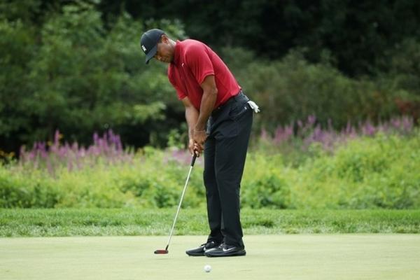 Hướng dẫn kỹ thuật gạt bóng golf như Tiger Woods
