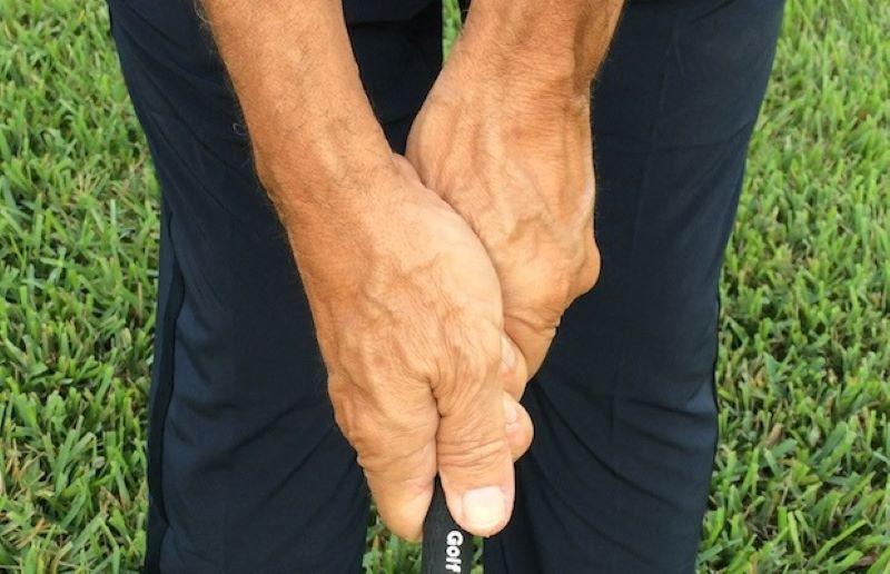 Lỗi đầu tiên trong 5 lỗi người mới thường gặp phải trong cách đánh gậy gỗ là cầm không chắc chắn