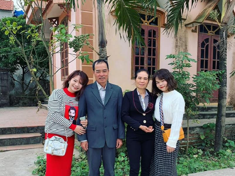 CEO Nguyễn Thị Phương Thảo chụp chụp ảnh cùng cha mẹ và em gái