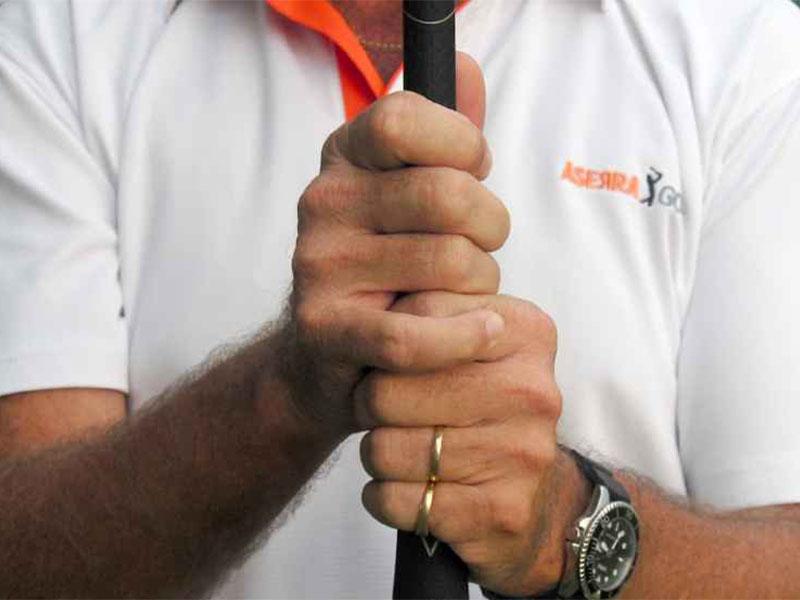 Cách cầm gậy tối ưu cho thể trạng người Việt là kiểu Overlapping Grip