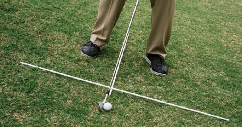 Cũng tương tự như địa hình sườn dốc lên, người chơi cần trang bị cho mình kỹ thuật tư thế đứng thích hợp nhất khi đánh golf tại sườn dốc xuống