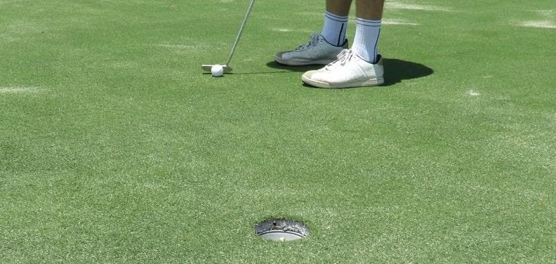 Bạn cần phán đoán khoảng cách của bóng golf đến lỗ golf