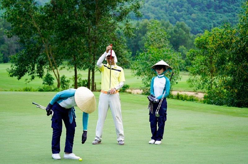 Caddy golf là gì? Đây là vị trí không thể thiếu trên sân, có nhiệm vụ hỗ trợ và đồng hành cùng các golfer