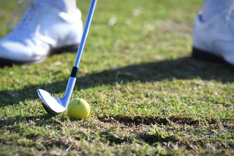 Golfer đánh bóng hướng xuốngnên sử dụng gậy có độ loft thấp
