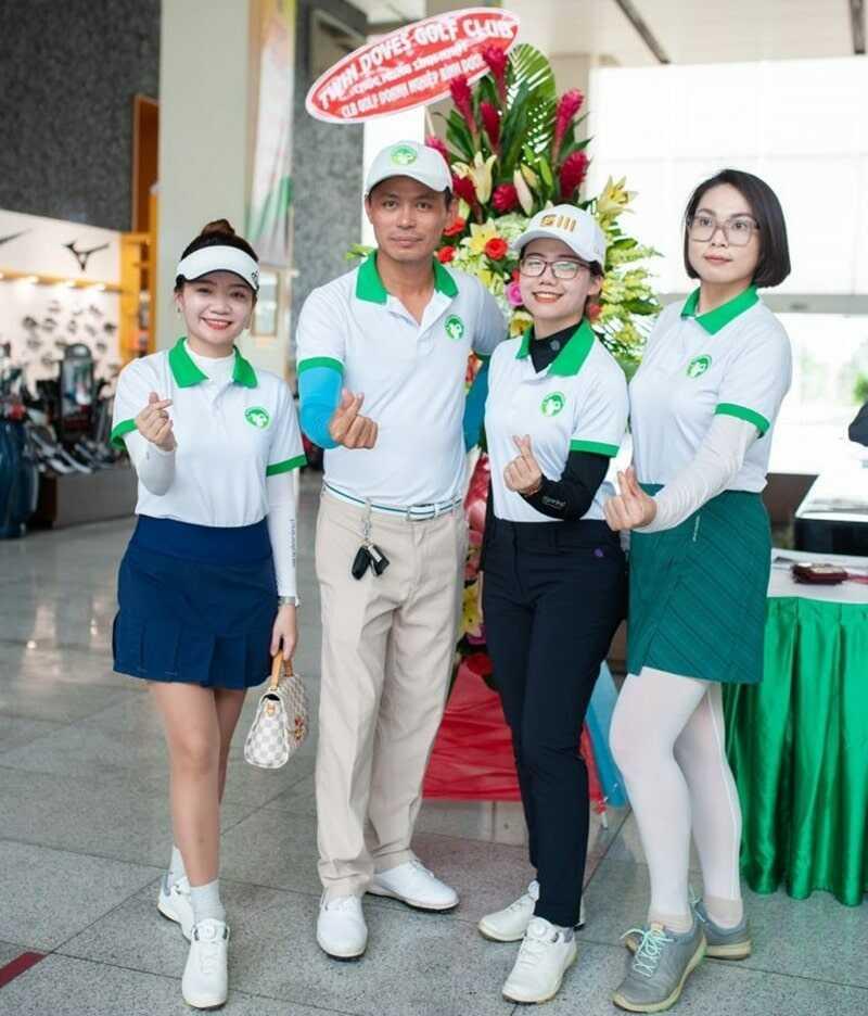 Đại diện Tập đoàn Golf Quốc gia Golfgroup chụp ảnh cùng với Chủ nhiệm CLB Golf Doanh nhân Bình Dương ông Huỳnh Trần Phi Long và thư ký Bùi Thị Duyên Duyên