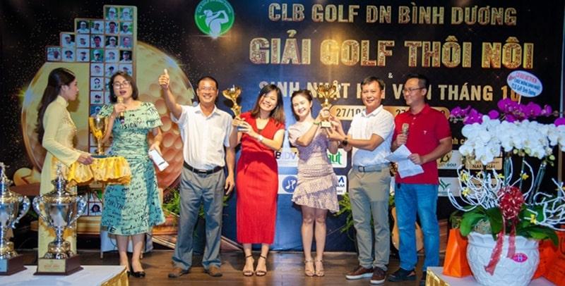 Ban tổ chức trao giải cho các golfer thắng cuộc