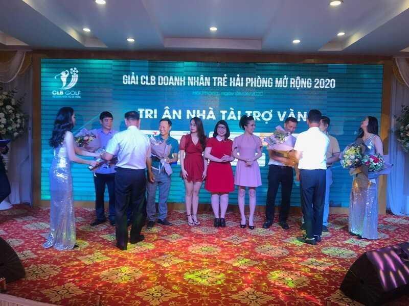 Ban tổ chức giải đấu tặng hoa tri ân NHÀ TÀI TRỢ VÀNG Golfgroup – Kenichi Việt Nam