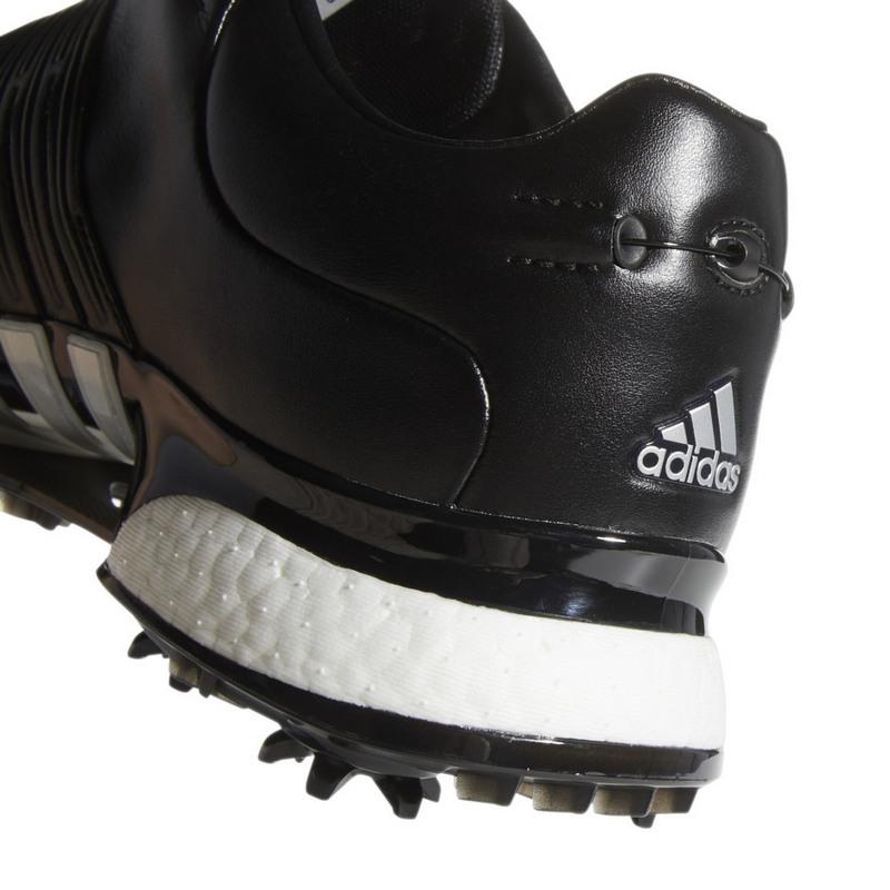 Giày được thiết kế với màu đen là chủ đạo