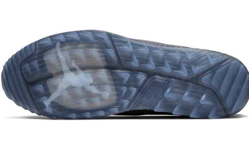 Đế giày được thiết kế với các đinh răm và rãnh sâu giúp chống trượt