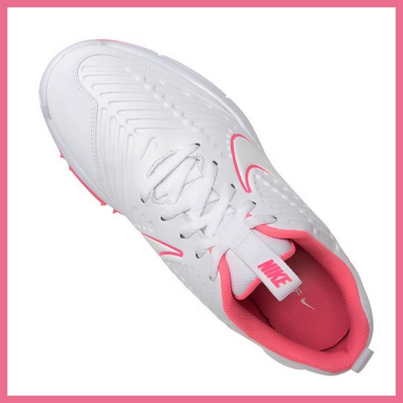 Thiết kế tông màu trắng hồng giúp giày trở nên thời trang và trẻ trung