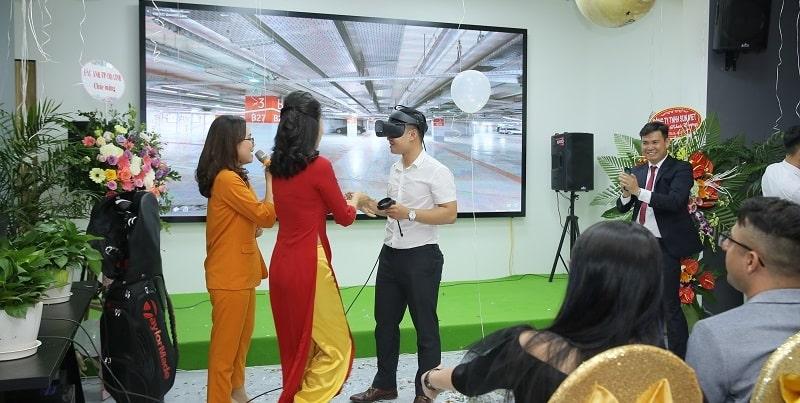Khách hàng trải nghiệm siêu công nghệ VR/AR