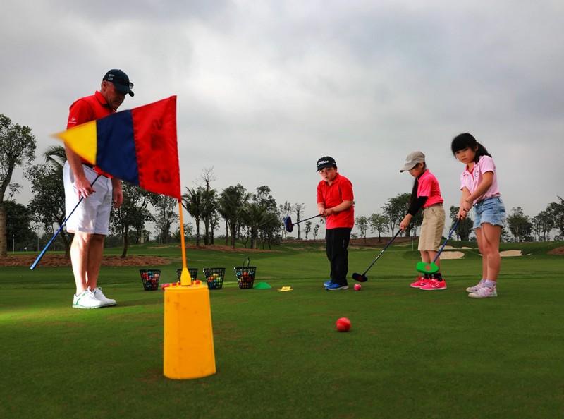 Trẻ được thực hành kỹ năng wing ngay trên sân