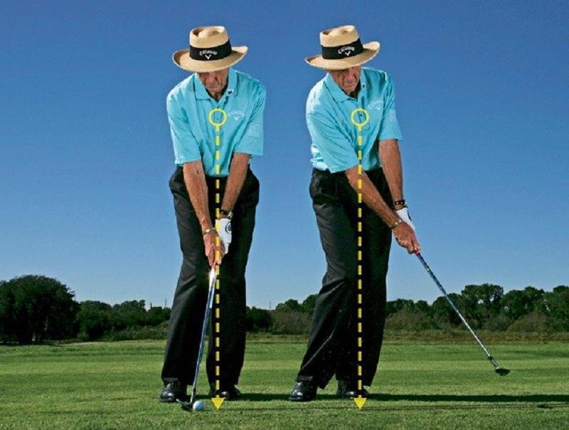 Khoảng cách giữa 2 chân là yếu tố quan trọng trong kỹ thuật chipping golf bóng thấp