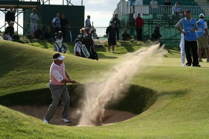 Khi bóng chìm sâu trong hố cát, các golfer phải chuẩn bị tư thế vững chắc để thực hiện cú đánh dứt khoát