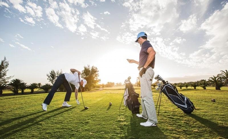 Golf thủ bắt đầu ở vị trí tee box và hoàn thành đường bóng của mình