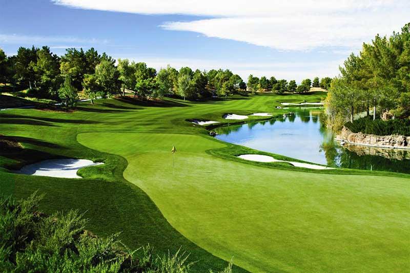 Sân golf 18 lỗ có 3 loại lỗ làm tiêu chuẩn là: gậy chuẩn 3, 4 hoặc 5