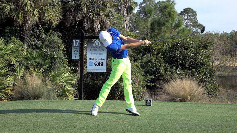 Tay golf này thường nhấc cả hai gót chân khi thực hiện cú swing