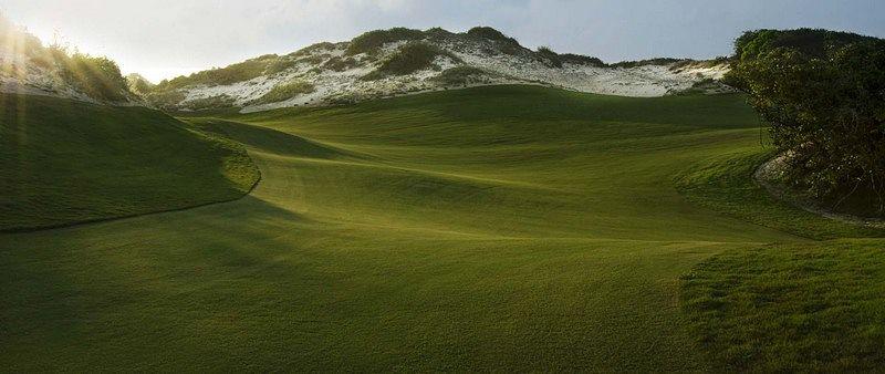 Quang cảnh tuyệt đẹp của thảm cỏ xanh mướt lúc bình minh của sân golf Hồ Tràm