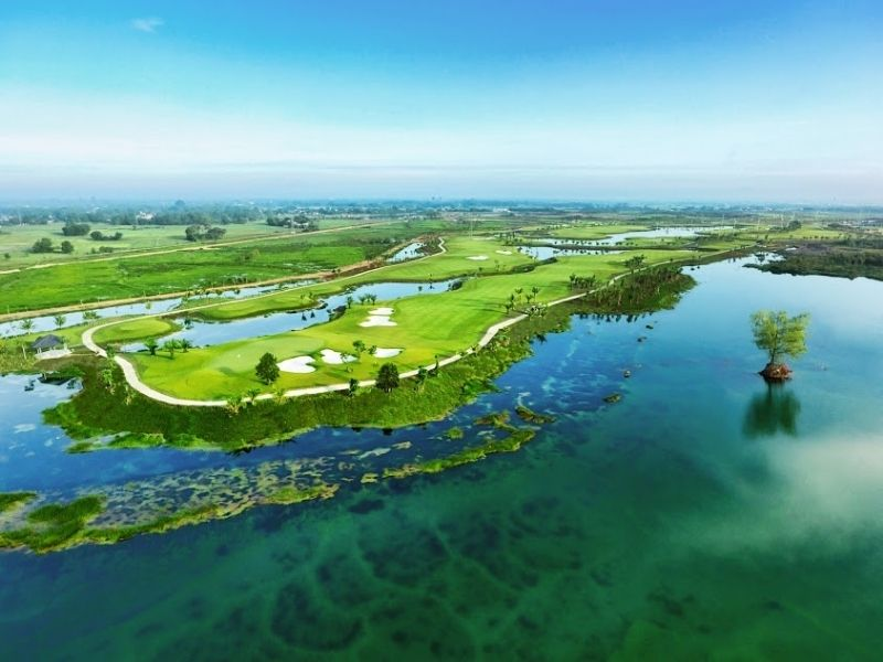 Toàn cảnh sân golf với khung cảnh nên thơ
