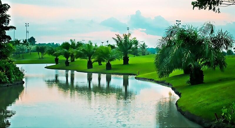 Golfer phải chú ý những bẫy nước rộng khi thực hiện cú đánh bóng