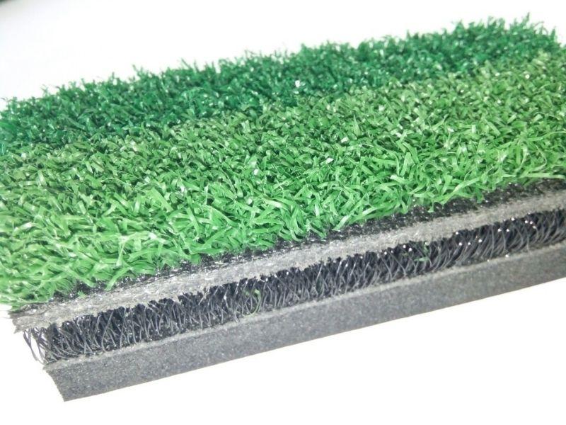 Bọt foam bên trong giúp thảm có độ đàn hồi xốp giống như trên mặt sân thật