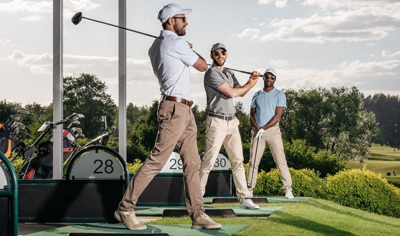Cỏ tại sân golf còn đi kèm với những quy chuẩn về giày đi của vận động viên