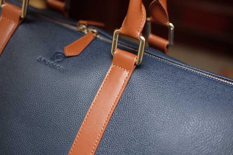 Mỗi chiếc túi da đều được khắc tên của chính chủ sở hữu sản phẩm