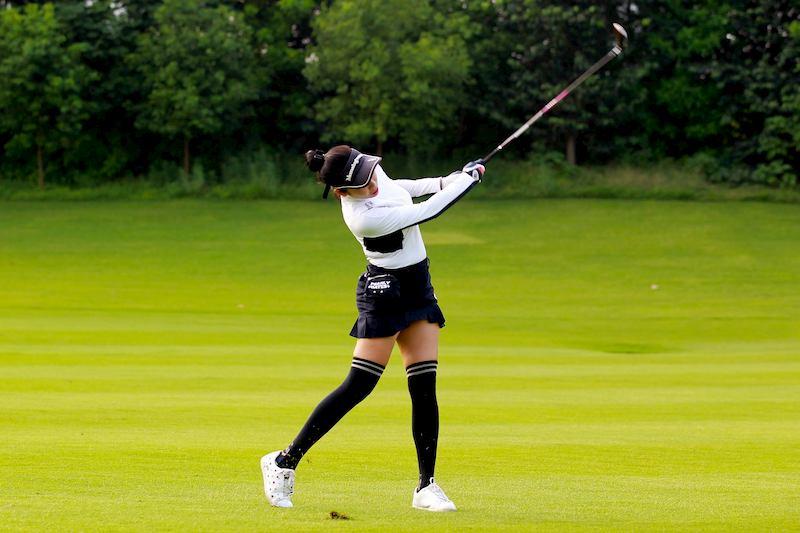 Lựa chọn đôi giày phù hợp giúp golfer tự tin hơn trên sân golf