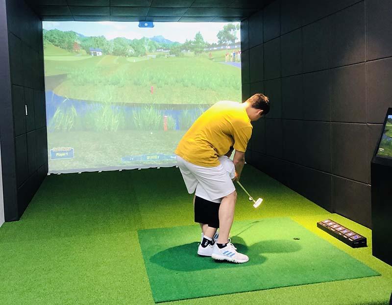 Từ ngày lắp phòng golf 3D, anh Minh thường xuyên ở nhà cuối tuần chơi với gia đình