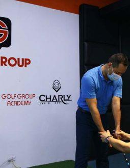 Thầy Son Minho hướng dẫn anh Tuấn Anh kỹ thuật cầm gậy golf đúng cách