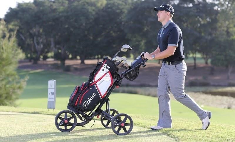 xe buggy trong sân golf