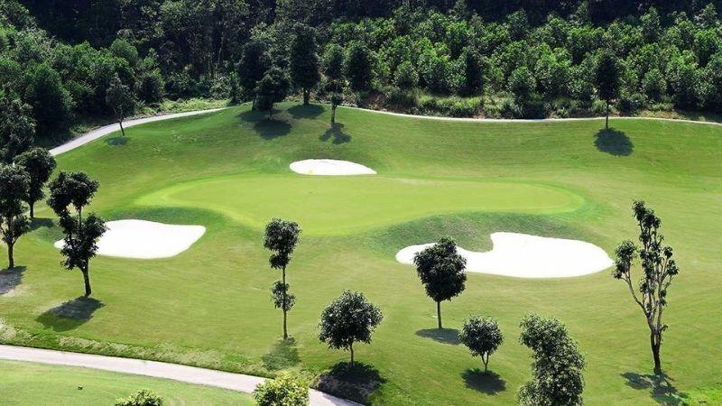 Từ Phoenix Course, quý golfer có thể bao trọn vào trong tầm mắt cảnh quan thiên nhiên tuyệt vời