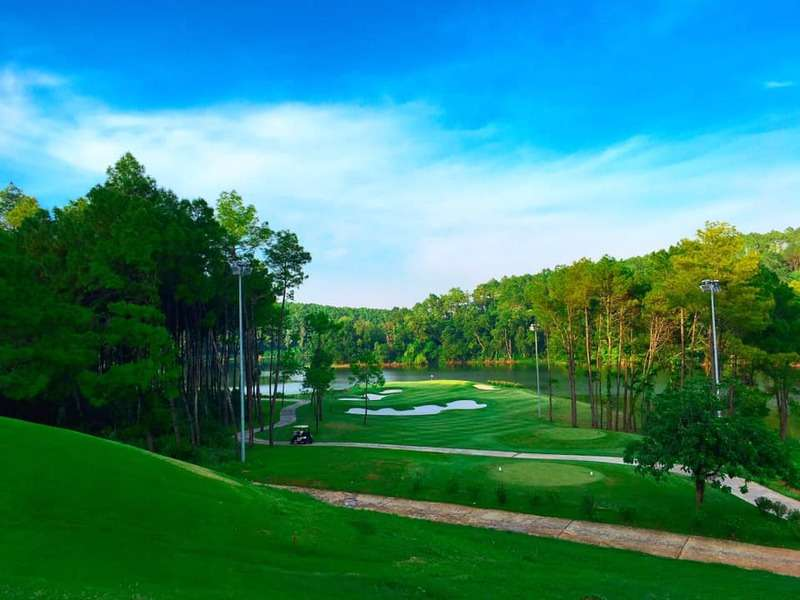 Sân Tràng An gồm 2 phần: 18 lỗ championship và 18 lỗ golf par 3 tiêu chuẩn (16 lỗ par 3 và 2 lỗ par 4