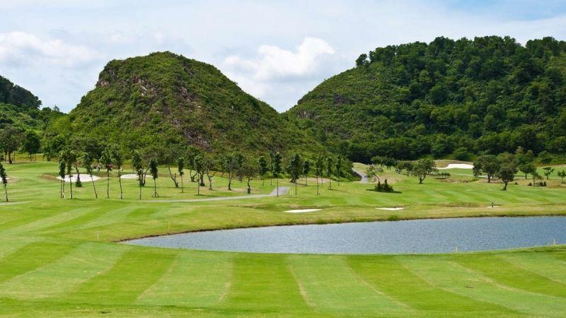 Sân golf Ninh Bình Hoàng Gia được thiết kế rất hài hoà với thiên nhiên trên tổng diện tích mặt bằng 670 ha