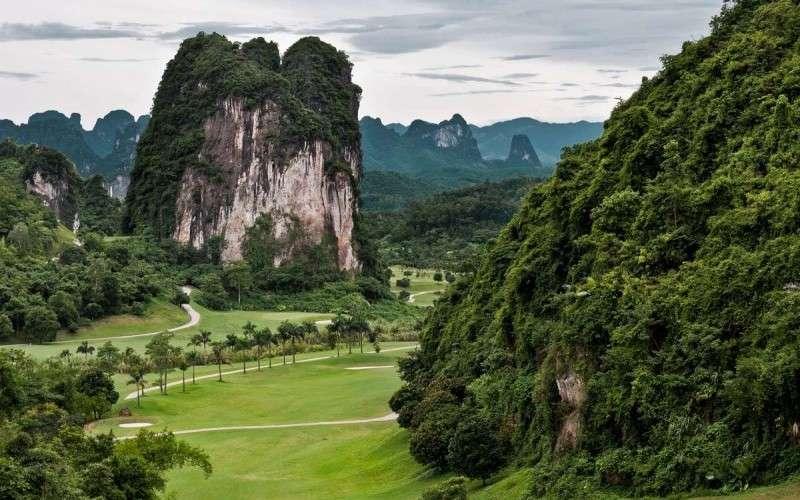 """Với địa thế đặc biệt được núi rừng bao bọc, sân golf Lương Sơn này được ưu ái gọi là """"Hạ Long trên đất liền"""