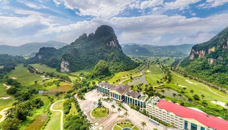 Tại Phoenix Golf & Resort còn tích hợp hàng loạt tiện ích khác như sân tennis, bể bơi, sauna, khách sạn 5 sao,...