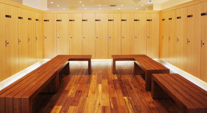 Khu vực phòng thay đồ với các tủ riêng biệt