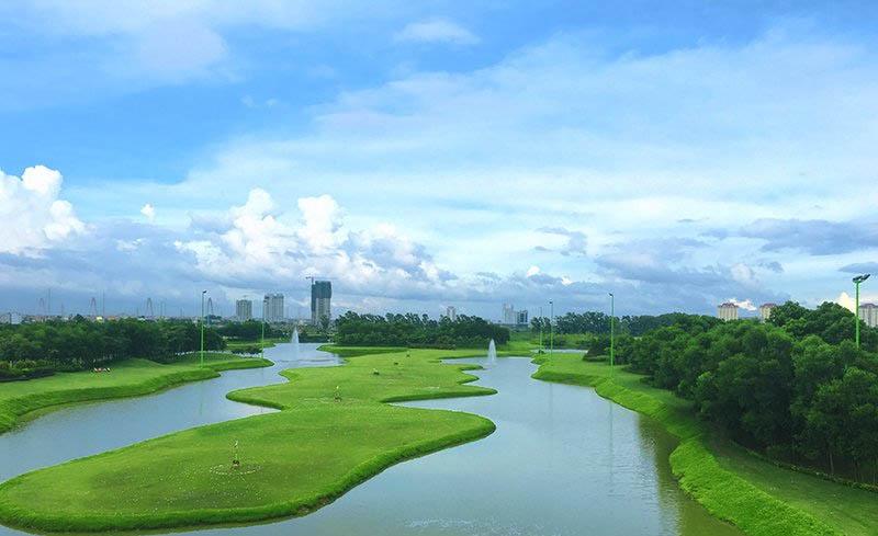 Sân tập golf Hà Nội Ciputra có tổng diện tích lên tới 11.000 m2 nằm ở Cổng chính phía Tây (Đường cao tốc Thăng Long)