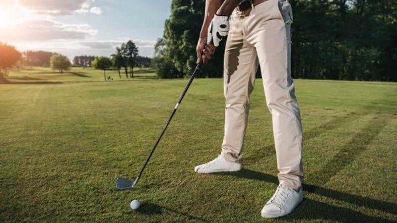tư thế đứng đánh golf