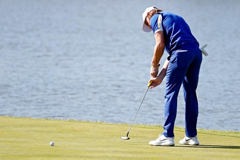 tư thế đứng đánh golf chuẩn