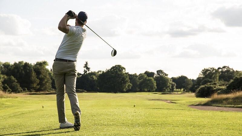 Golfer sở hữu vóc dáng cân đối có khá nhiều mẫu áo có thể lựa chọn