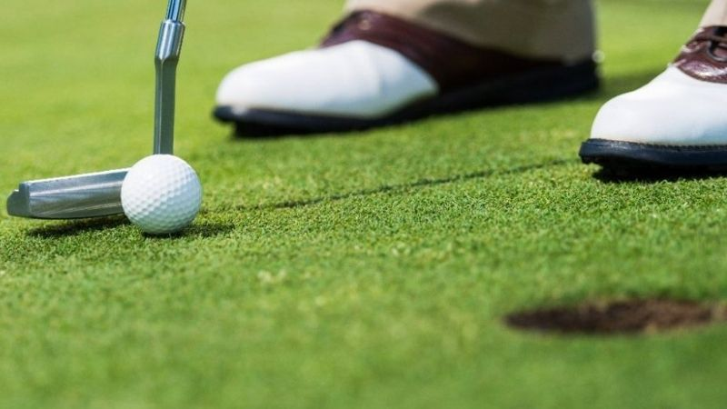 golfer sẽ giữ gậy qua các tác động để tránh gặp slice là cách đặt gậy chuẩn nhất