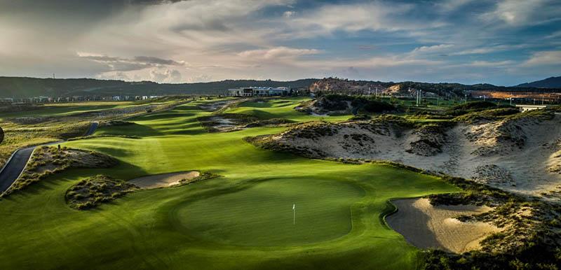 Sân golf nằm tại một trong những vị trí đẹp nhất trên Bãi Dài