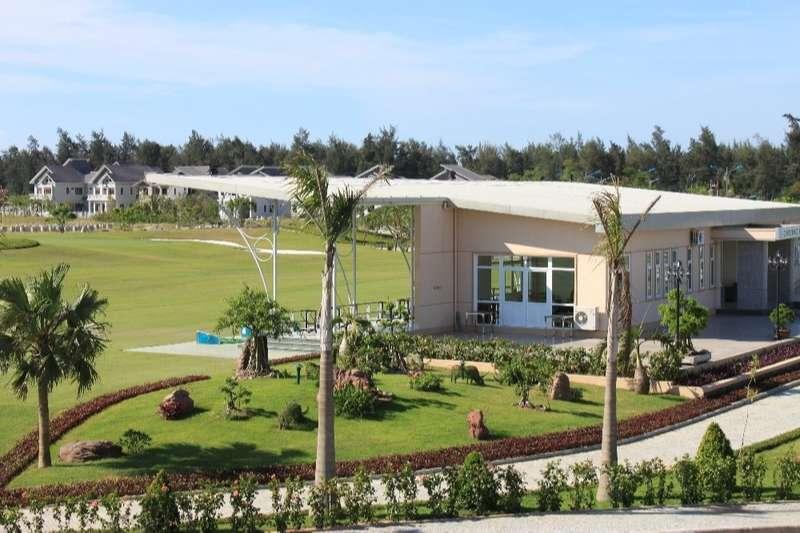 Nằm cách trung tâm thành phố Vinh khoảng 25 phút đi xe, sân golf Cửa Lò nằm ở vị trí tuyệt đẹp
