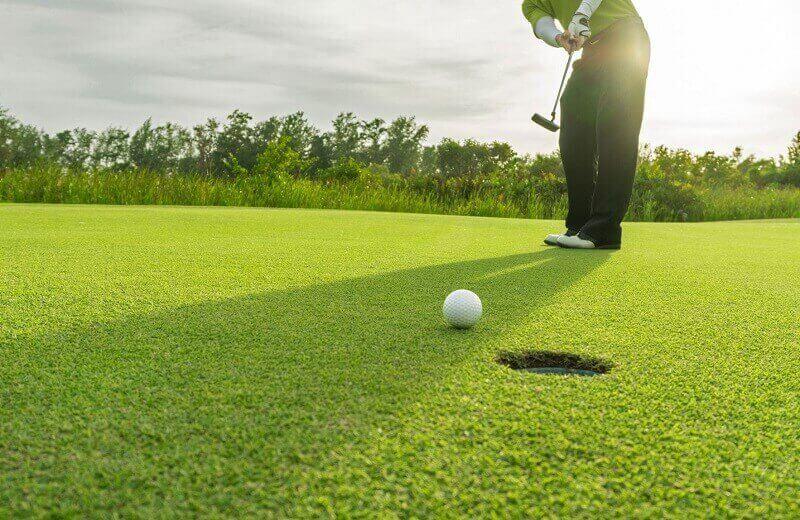 Sân cỏ cao cấp giúp mang đến những đường bóng tuyệt đẹp